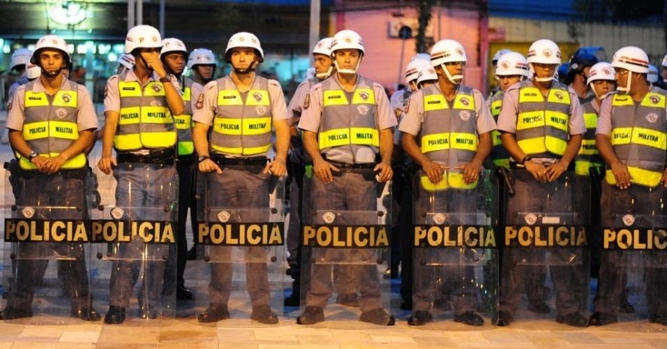13.mar.2014 - Policiais fazem barreira para controlar o andamento de manifestação contra a Copa em São Paulo