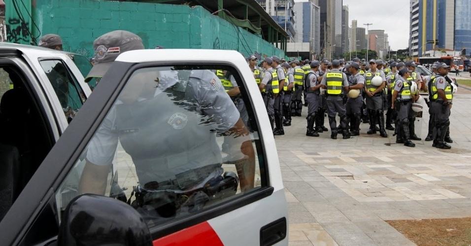 13.mar.2014 - Policiais militares no Largo do Batata, em São Paulo, onde ocorrerá protesto contra a Copa do Mundo