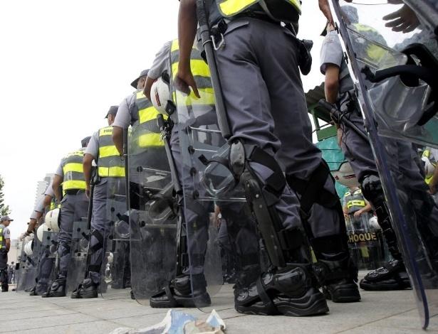 13.mar.2014 - Policiais militares se pistam com seus materiais, em fila, para acompanhar o protesto anti-Copa em São Paulo