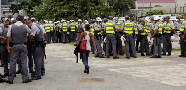 Policiais se postam no Largo do Batata, antes do início de manifestação contra a Copa do Mundo em SP - Reinaldo Canato/UOL
