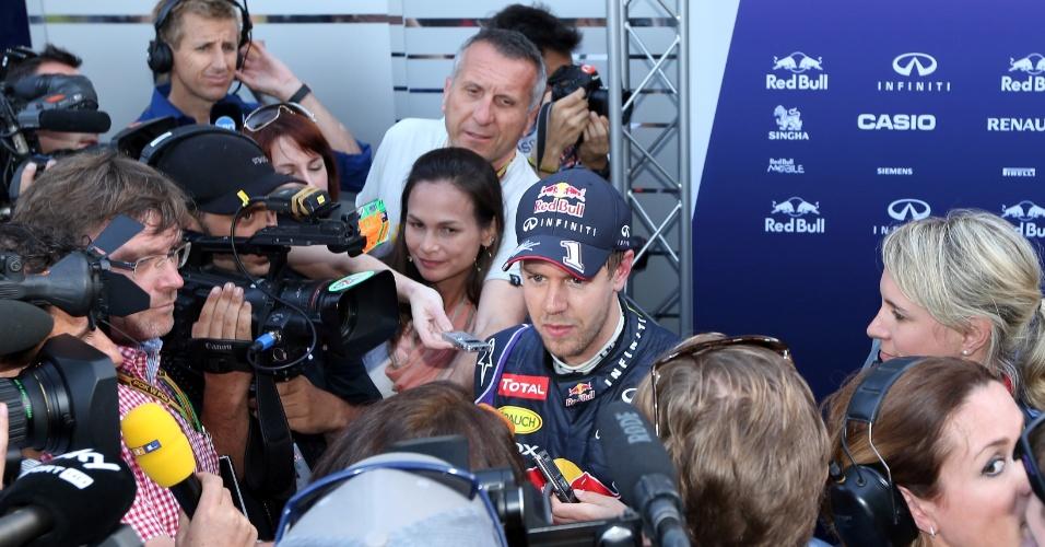 14.03.14 - Tetracampeão Sebastian Vettel encara repórteres na sexta-feira do GP da Austrália