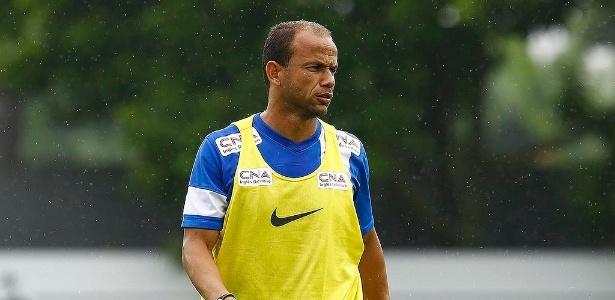 Experiente Léo tem contrato até o próximo dia 30, mas aparece na lista com a camisa 3 do Santos
