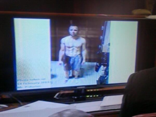 Polícia exibe fotos de Pistorius ensanguentado após matar namorada