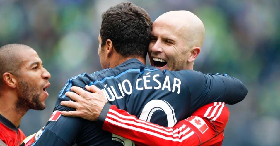 15.mar.2014 - Goleiro Júlio César comemora com companheiros vitória do Toronto FC por 2 a 1 sobre o Seattle Sounders, fora de casa, na estreia pela Major League Soccer (MLS)