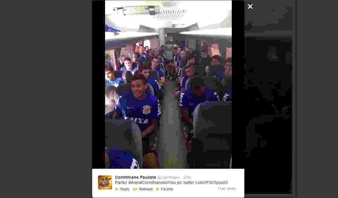 15.mar.2014 - Jogadores do Corinthians partem para treino no Itaquerão - Reprodução/Twitter