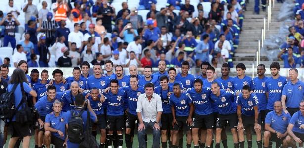 Ex-presidente posou para foto com jogadores e comissão técnica do Corinthians no estádio - Flavio Florido/UOL