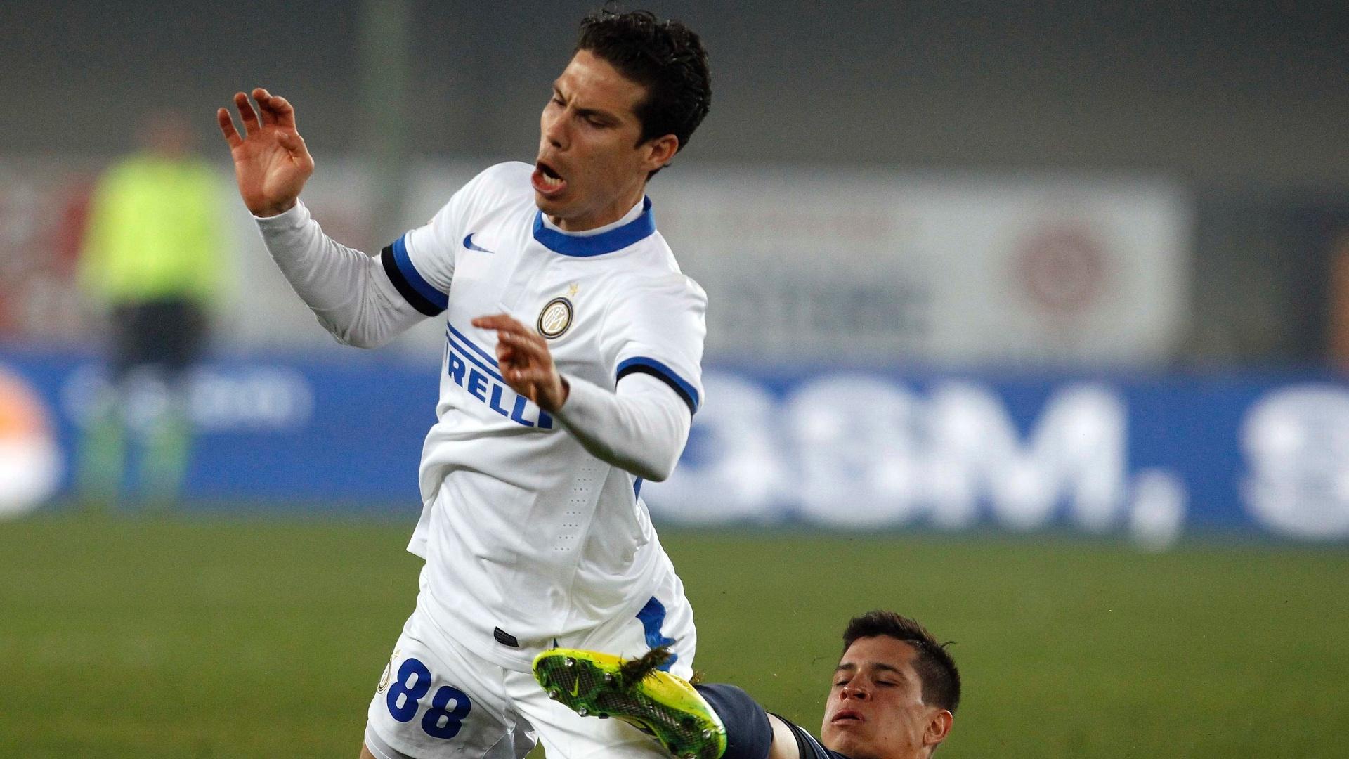 15.mar.2014 - Meia Hernanes, da Inter de Milão, leva carrinho do argentino Iturbe, do Verona, em jogo pelo Campeonato Italiano