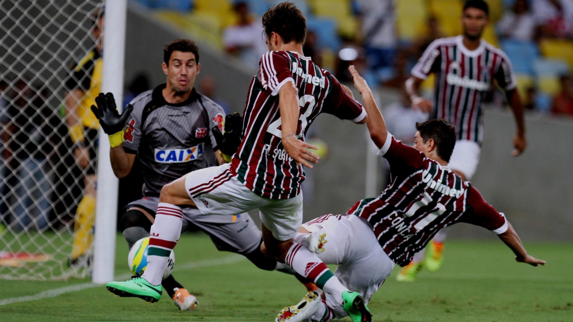 16.03.14 - Rafael Sóbis e Conca não alcançam bola na partida entre Fluminense e Vasco pelo Carioca