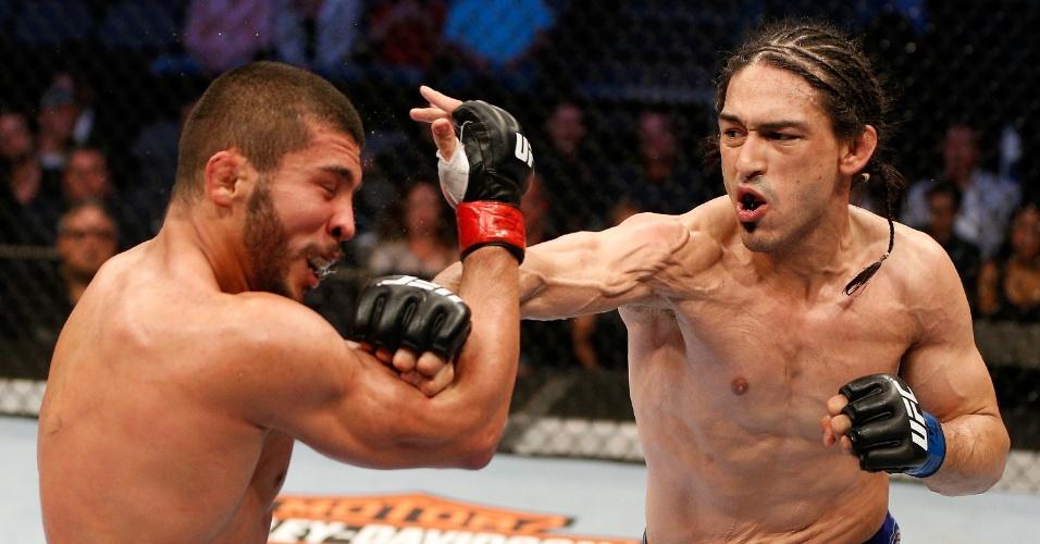 16.04.2014 - Brasileiro Renee Forte foi dominado pelo mexicano Frank Trevino e perdeu por pontos no UFC 171