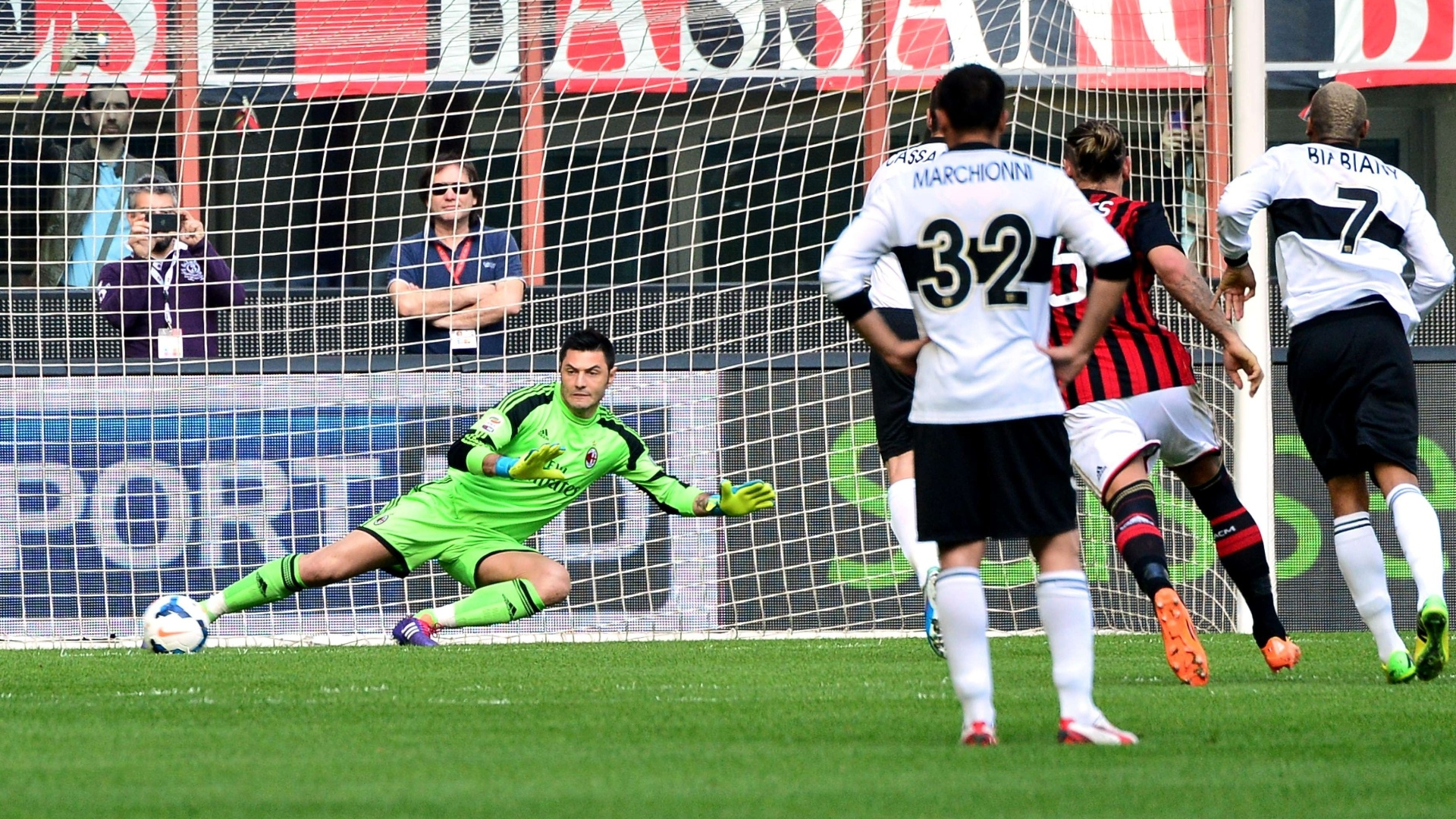 16.mar.2014 - Na partida contra o Milan, Antonio Cassano marca pelo Parma após cobrança de pênalti