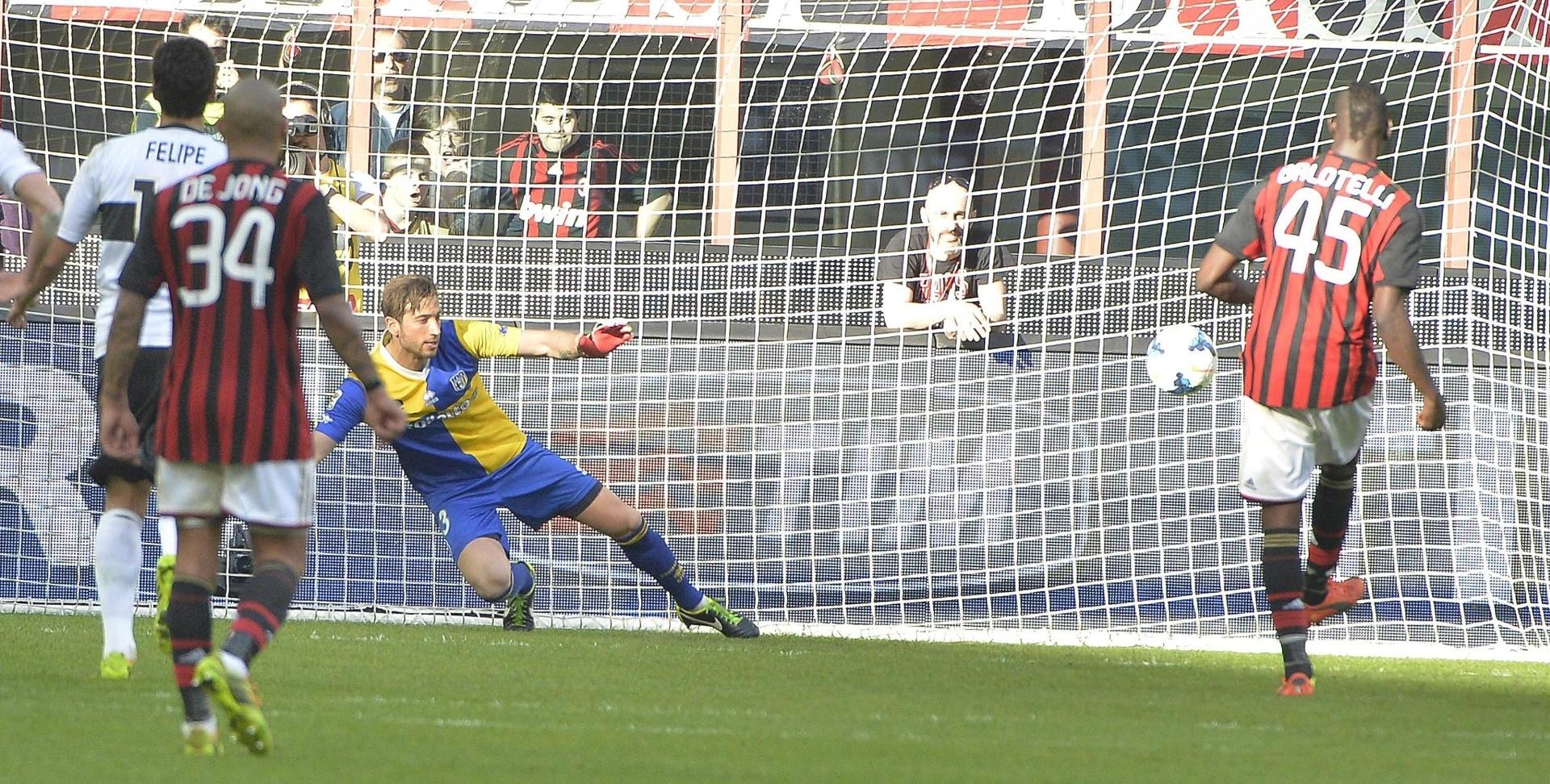 16.mar.2014 - Balotelli marca pelo Milan em cobrança de pênalti