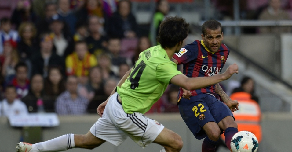 16.mar.2014 - Daniel Alves, do Barça, briga pela posse de bola com Damia Abella, do Osasuna