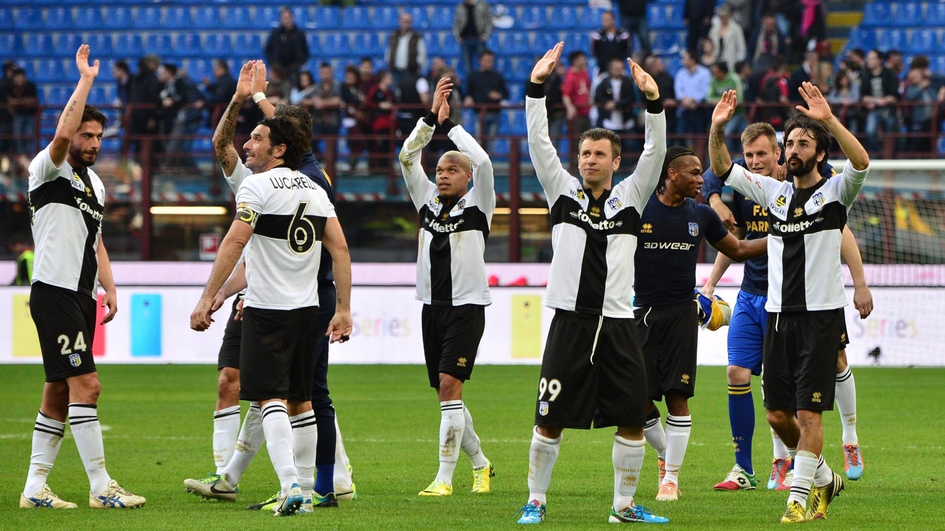 16.mar.2014 - Jogadores do Parma comemoram fim de jogo e vitória sobre o Milan por 4 a 2