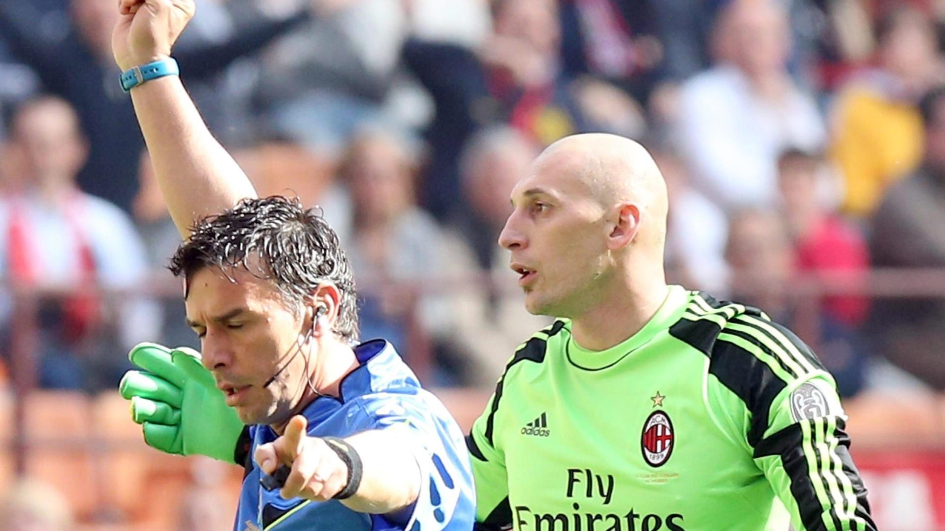 16.mar.2014 - O goleiro do Milan, Chrstian Abbiati recebe cartão vermelho após uma jogada perigosa