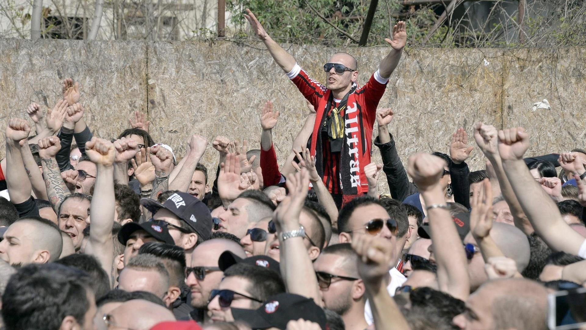 16.mar.2014 - Torcedores do Milan fazem protesto contra a má fase do time do lado de fora do estádio Giuseppe Meazza, em Milan