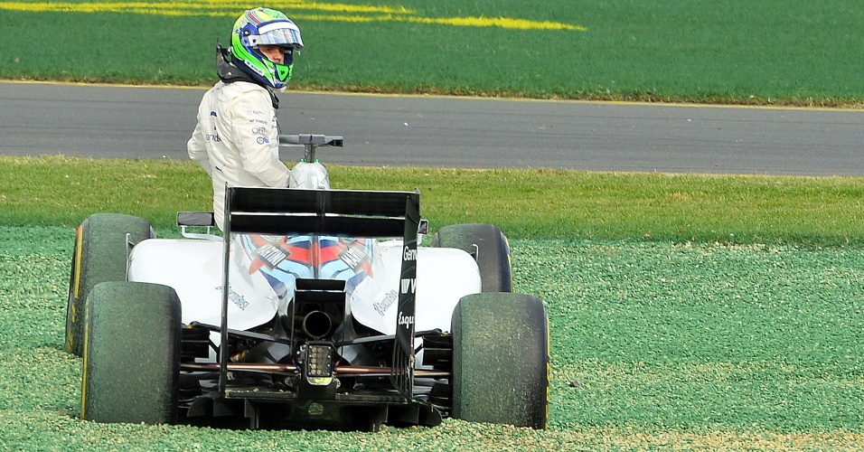 Felipe Massa olha para Kamui Kobayashi após ser acertado pelo japonês na primeira curva após a largada no GP da Austrália