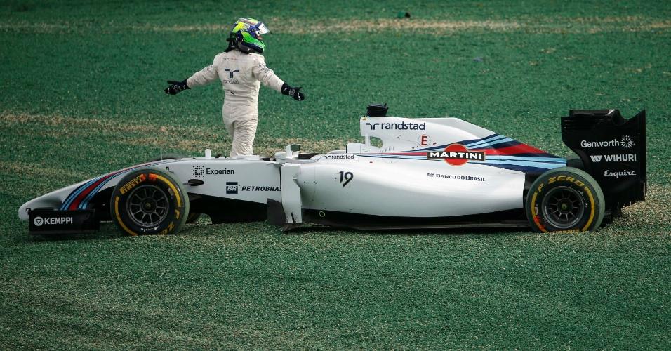 Irritado com batida de Kobayashi, Felipe Massa gesticula após sair de seu carro; piloto precisou abandonar a corrida