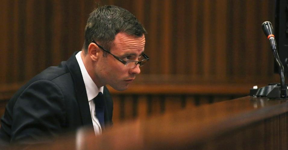 17.mar.2014 - Oscar Pistorius observa depoimentos no início da terceira semana de julgamento pela morte de Reeva Steenkamp