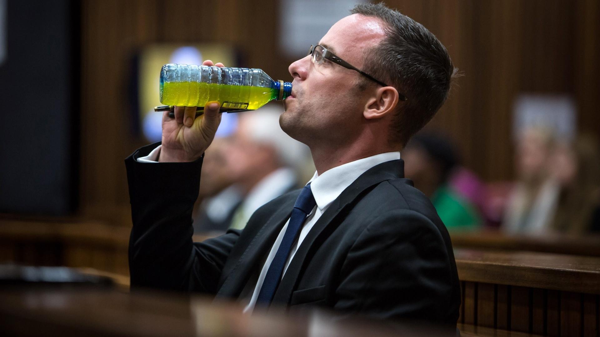 17.mar.2014 - Oscar Pistorius se hidrata durante o 11º dia do julgamento pela morte da modelo Reeva Steenkamp