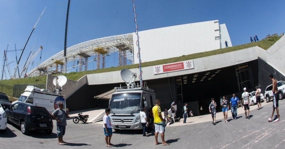Entrada do estádio Itaquerão traz o símbolo do Corinthians e o nome da construtora em sua entrada