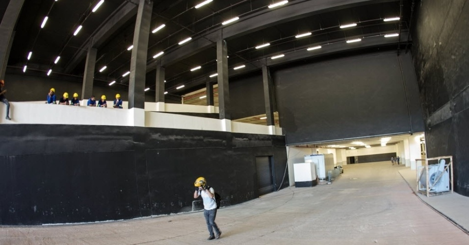 Operários ainda trabalham nos bastidores do Itaquerão, que vai ser inaugurado em abril