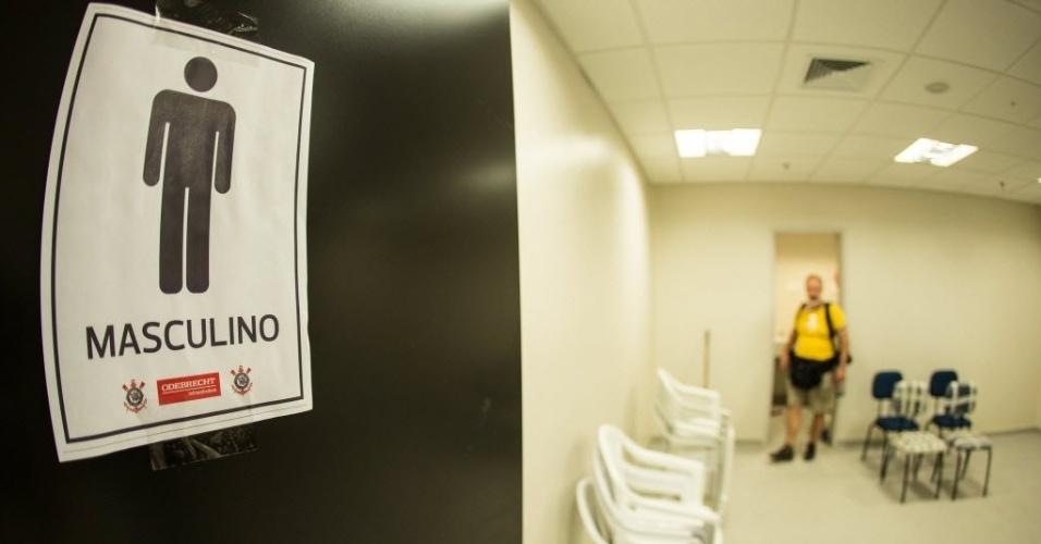 A placa do banheiro do Itaquerão ainda é improvisada