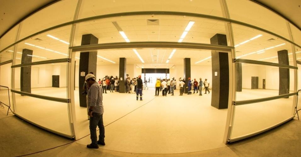 Por enquanto, operários dividem espaços com jornalistas no interior do Itaquerão