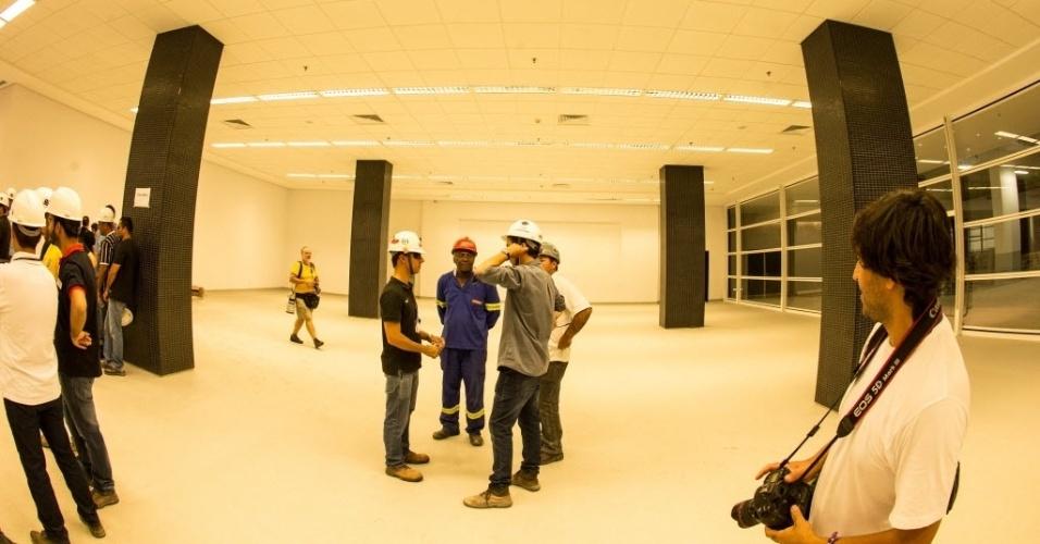 Operários conversam em sala do estádio Itaquerão praticamente finalizada