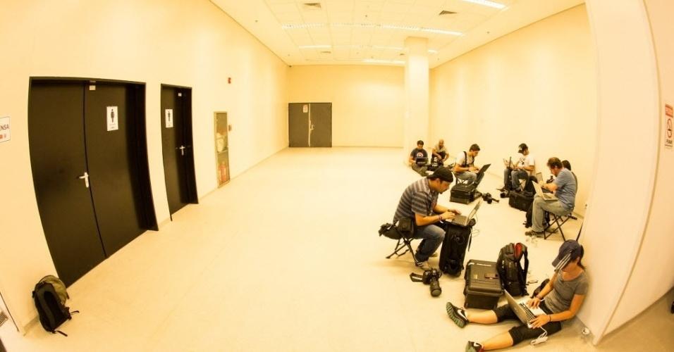 Enquanto a sala de imprensa do estádio Itaquerão não fica concluída, os jornalistas improvisaram durante a visita ao local