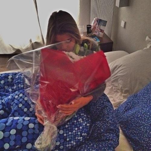 Marquinhos é romântico, conta Carol, e faz surpresas constantes para ela, com direito a flores e pétalas de rosa