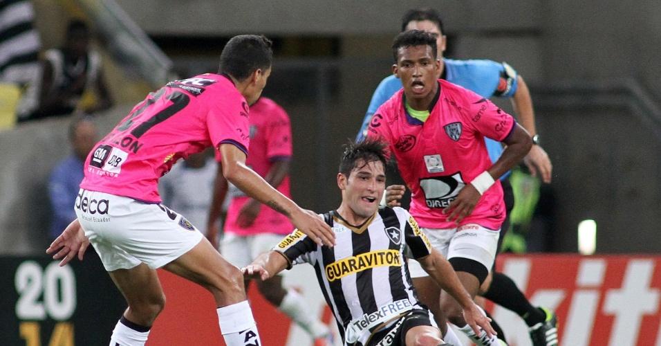18.03.14 - Lodeiro é derrubado na partida entre Botafogo e Independiente Del Valle pela Libertadores