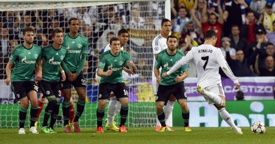 18.mar.2014 - Cristiano Ronaldo cobra falta na partida entre Real Madrid e Schalke 04 pelo segundo jogo das oitavas de final da Liga dos Campeões