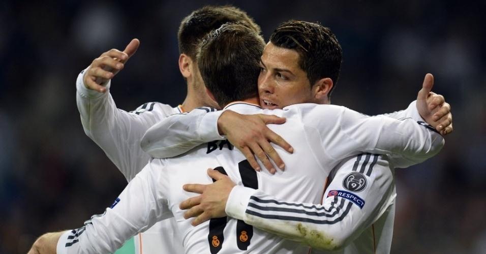 18.mar.2014 - Cristiano Ronaldo comemora com seus colegas de Real Madrid após marcar na partida contra o Schalke 04