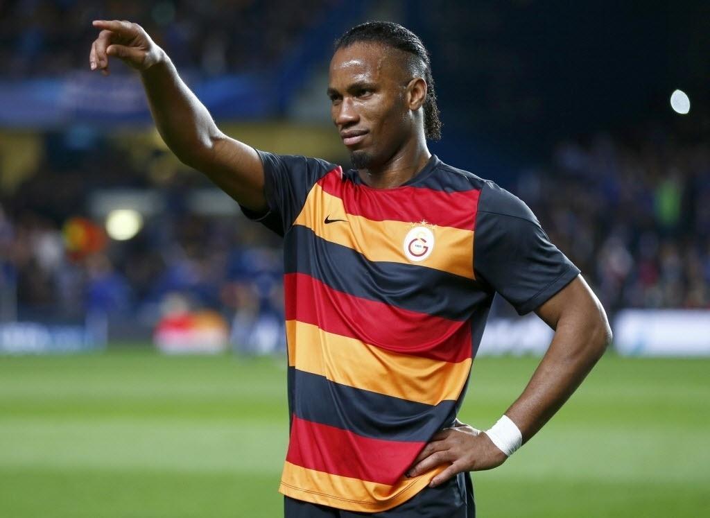 18.mar.2014 - Drogba agradece homenagem da torcida do Chelsea no Stamford Bridge durante duelo do time inglês com o Galatasaray pela Liga dos Campeões