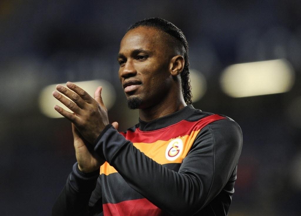 18.mar.2014 - Drogba aplaude a torcida do Chelsea ao receber homenagem no Stamford Bridge durante duelo do time inglês com o Galatasaray pela Liga dos Campeões