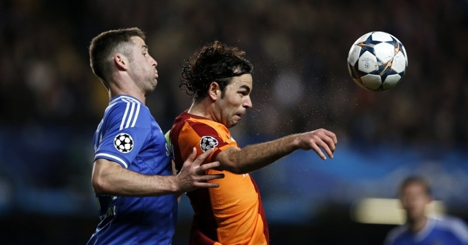 18.mar.2014 - Gary Cahill, do Chelsea, disputa bola aérea com o meia do Galatasaray Selcuk Inan