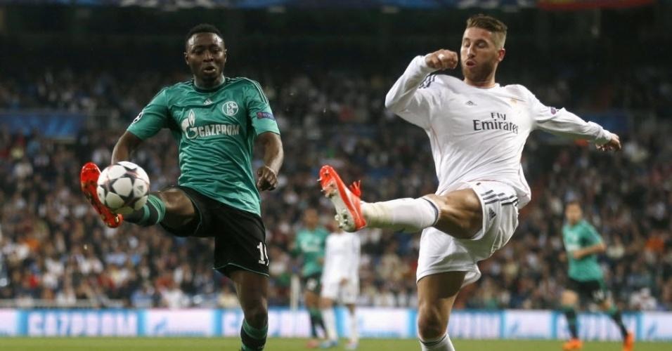 18.mar.2014 - Sergio Ramos (dir) e Chinedu Obasi disputam pela bola no duelo entre Real Madrid e Schalke 04 pelas oitavas de final da Liga dos Campeões