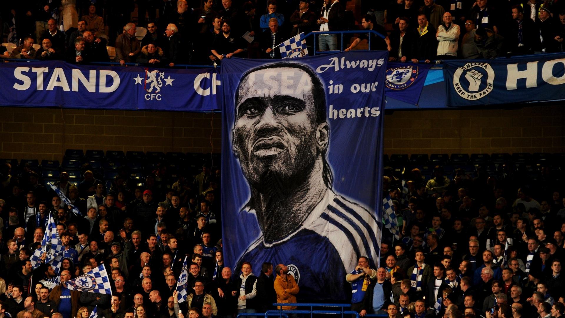 18.mar.2014 - Torcida do Chelsea faz homenagem a Drogba, hoje no Galatasaray, no duelo contra o time turco pela Liga dos Campeões
