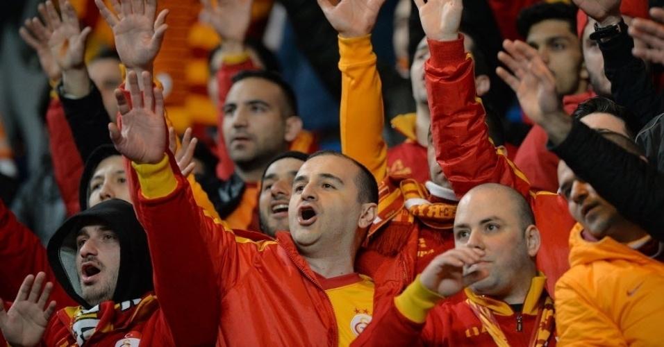18.mar.2014 - Torcida do Galatasaray canta nas arquibancadas do Stamford Bridge durante duelo contra o Chelsea pelas oitavas de final da Liga dos Campeões