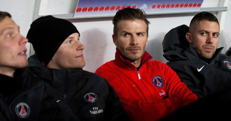 24/02/2013 - David Beckham fica sério no meio do banco do PSG antes de enfrentar o Olympique de Marselha