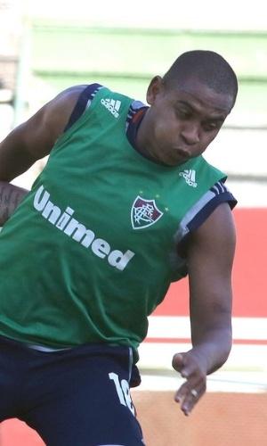 18.mar.2014 - Walter tenta se livrar de marcação durante treino do Fluminense nas Laranjeiras