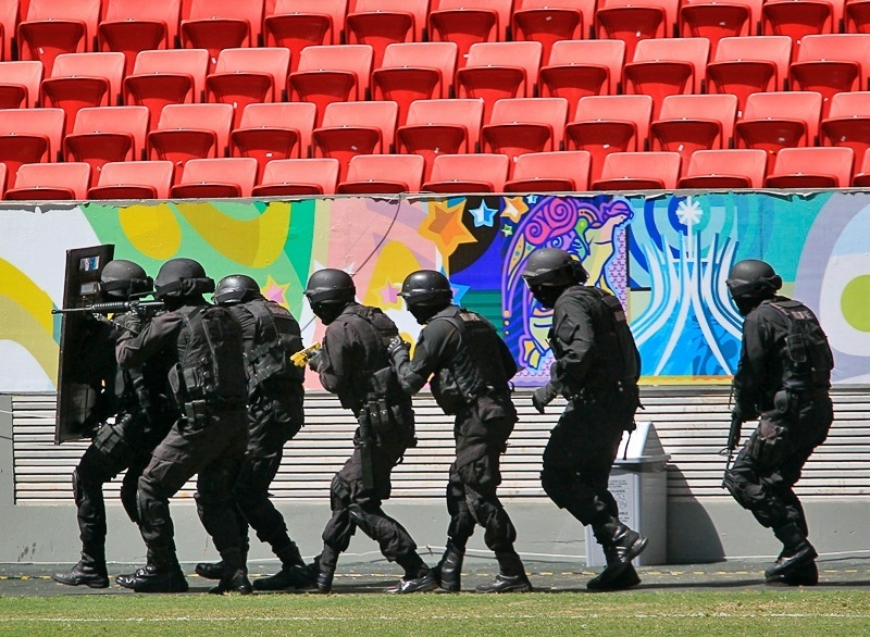 19.mar.2014 - As atividades realizadas pelos batalhões visam a segurança durante a realização da Copa do Mundo no Brasil. O local foi escolhido para a simulação por ser uma arena em plena utilização