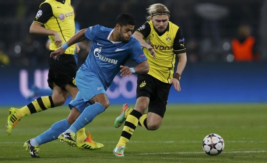 19.mar.2014 - Brasileiro Hulk passa pela defesa do Borussia Dortmund para marcar para o Zenit no duelo válido pelas oitavas de final da Liga dos Campeões