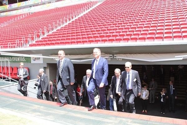 19.mar.2014 - Comitiva alemã visita o Mané Garrincha para acompanhar o treinamento realizado nesta quinta-feira