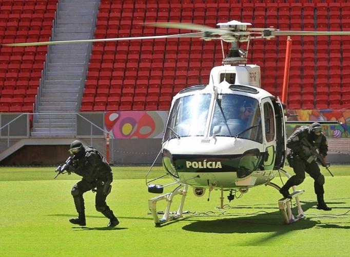 19.mar.2014 - Em uma manobra rápida, a aeronave desceu no gramado para auxiliar os agentes na simulação, que consistia na uma tentativa de sequestro a um jornalista que trabalhava à beira do campo durante uma partida