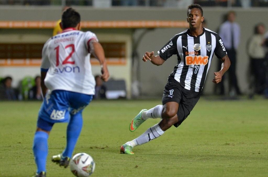 19.mar.2014 - Jô marca Ramon Coronel, do Nacional, durante partida da fase de grupos da Libertadores