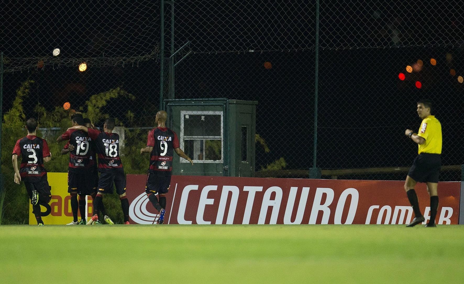 19.mar.2014 - Jogadores do Vitória comemoram gol contra o J. Malucelli, em duelo válido pela Copa do Brasil, no Ecoestádio