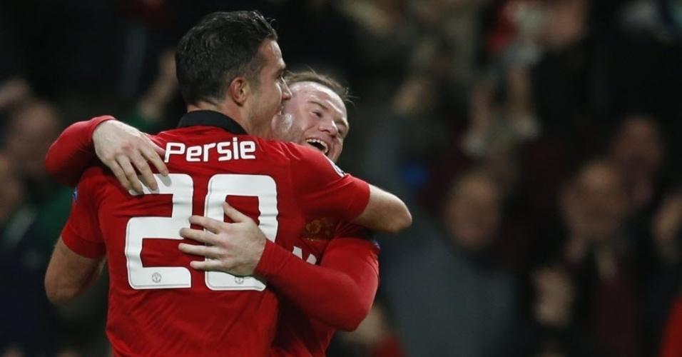 19.mar.2014 - Robin van Persie abraça Wayne Rooney após marcar seu terceiro gol na partida entre Manchester United e Olympiakos pelas oitavas de final da Liga dos Campeões. Com este gol, o holandês garante o Unites nas quartas de final