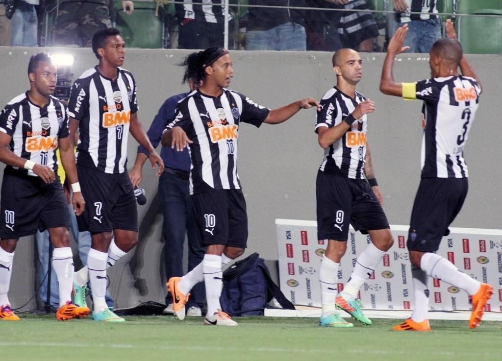 19.mar.2014 - Ronaldinho Gaúcho comemora com seus colegas de equipe após abrir o placar para o Atlético-MG contra o Nacional, do Paraguai