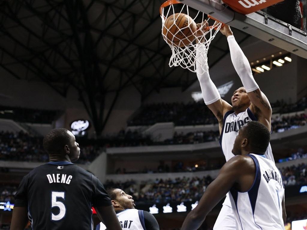 19.mar.2014 - Shawn Marion sobe para a enterrada durante o duelo entre Dallas Mavericks e Minnesota Timberwolves